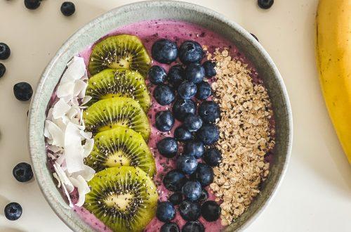 smoothie bowl mit beeren fruehstueck