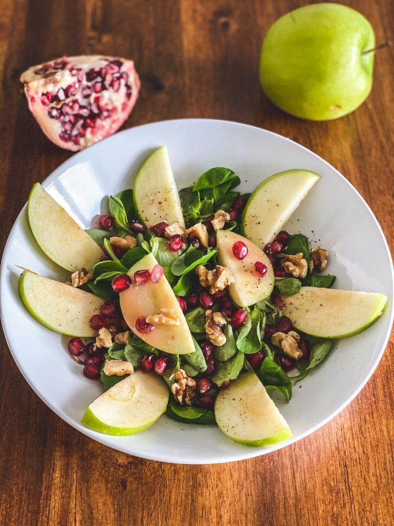 Feldsalat mit Granatapfel und Walnüssen
