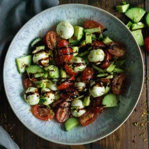 Caprese Salat mit Avocado und Gurke